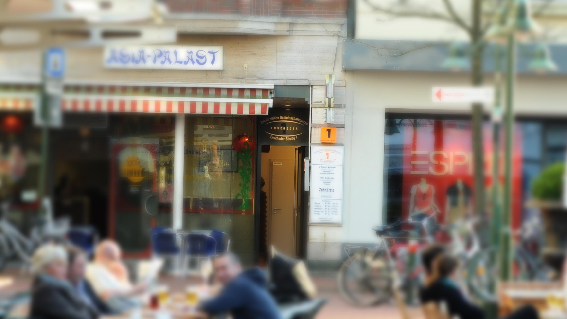 Zahnärztliche Gemeinschaftspraxis Enscheder Strasse 1 Foto des Eingangs aussen vom Cafe gegenüber
